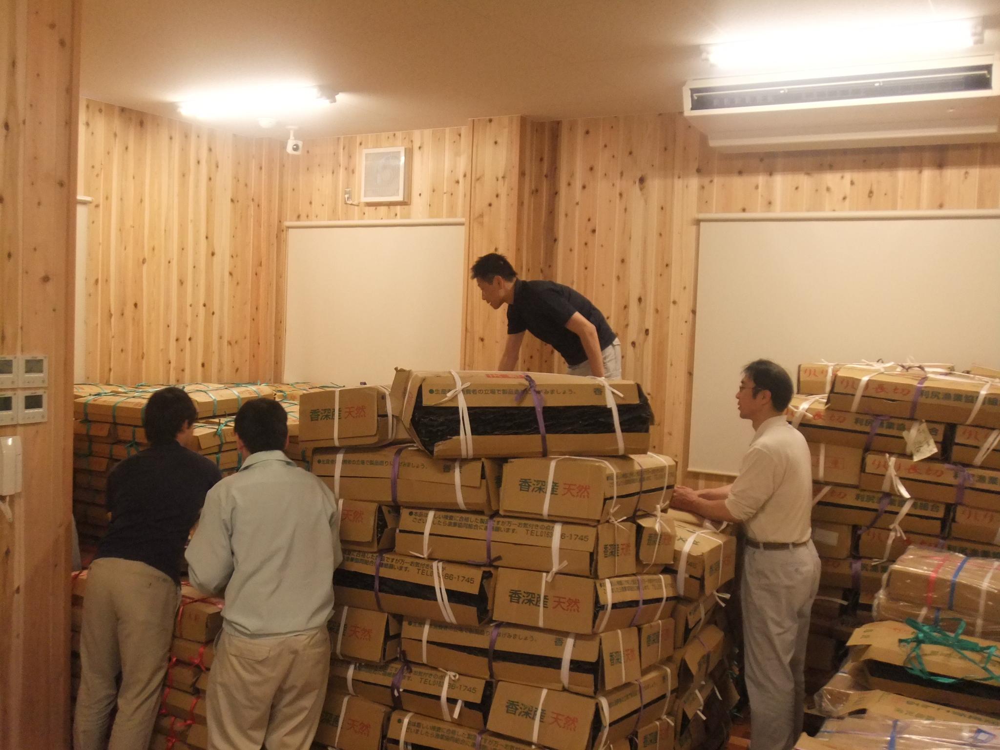 元町倉庫で、夏に向けての昆布の積み替え作業が始まりました。      平成28年5月12日(木曜日)