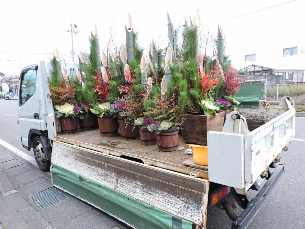 新年を迎える準備、金ヶ崎本社工場に門松が飾られました。                       平成28年12月26日(月曜日)