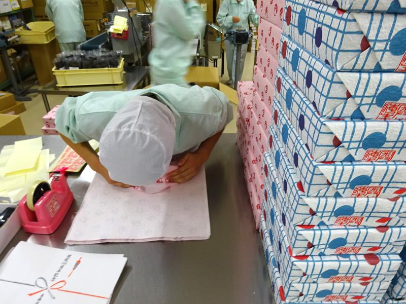 いよいよ歳暮ギフトシーズン in!和紙箱に昆布の詰合せ作業がピーク!